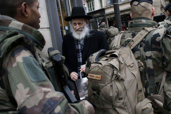 Francúzske ulice stráži desaťtisíc vojakov.