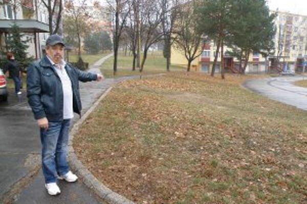 Imrich Šoltés sa hnevá, že na tomto mieste stále nie je parkovisko.