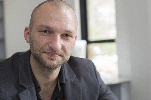 Adam Dolnik, pôvodom z Českej republiky, je profesorom na Univerzite vo Wollongongu v Austrálii. Predtým pôsobil ako profesor boja proti terorizmu v George Marshal centre pre európske bezpečnostné štúdiá v Nemecku.