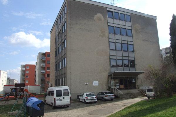 Mestská ubytovňa na Hlbokej ulici. AJ tu majú vzniknúť nájomné byty.