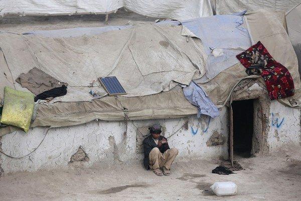 Domy na okraji mesta sú postavené narýchlo. Pre ľudí, čo v nich žijú, je aj život na okraji spoločnosti lepší než to, čo im ostalo v domovských dedinách.
