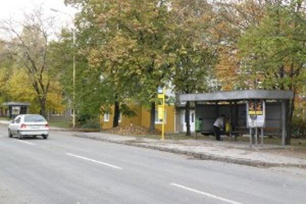 Kedysi na tejto zastávke zastavovali aj autobusy smerujúce na Nitrianske Pravno.