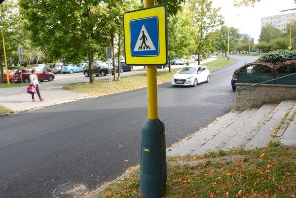 Idanská ulica. Ani po 2 mesiacoch nenamaľovali priechod pre chodcov.
