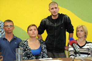 Klienti centra Michal, Nikola, Daniel a matka jedného z detí v centre - Monika Jánošková počas tlačovej besedy.