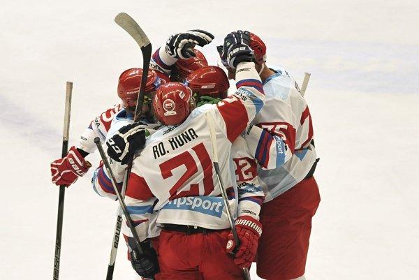 hráči Liptovského Mikuláša sa tešia z druhého gólu počas zápasu 7. kola hokejovej Tipsport Ligy medzi MHK32 Liptovský Mikuláš a HC Mikron Nové Zámky v Liptovskom Mikuláši.