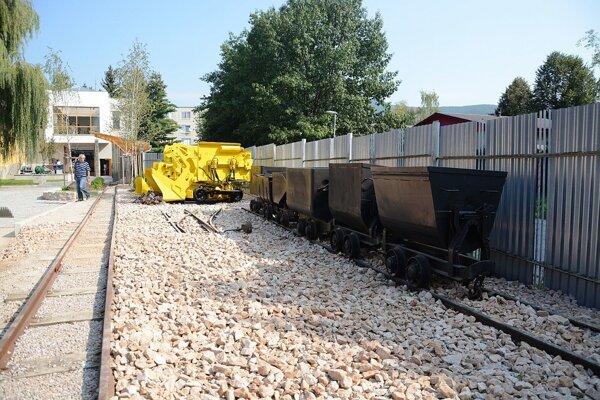 Na nádvorí. Unikátna zbierka banských lokomotív anakladačov.