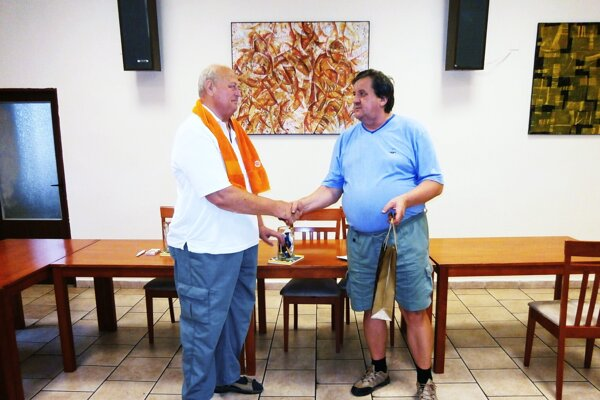 Cenu víťazovi T. Barnovi (vľavo) odovzdal Š. Repka.
