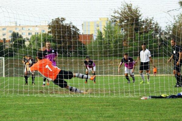 Skóre zápasu Komárno - Galanta otvoril Faragó dorážkou po penalte, ktorú mu brankár Masár vystihol.