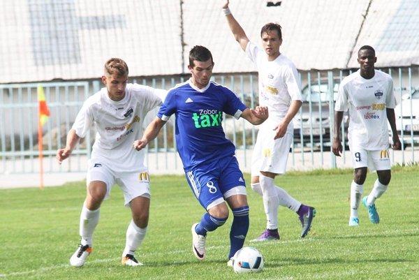 Juniori FC Nitra priviezli tri body zihriska nováčika vo Sv. Petri. Snímka je zdomáceho duelu sČeľadicami. Zľava Križan, Brath, Dunda a Lola.