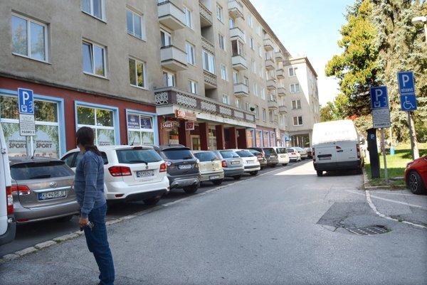 Parkovisko na Komenského. EEI osadila pred pár dňami novú značku pre šikmé parkovanie (vľavo). Na pokyn mesta tam musí vrátiť späť značku pre pozdĺžne parkovanie (takú, aká je vpravo).