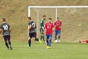 Futbalisti Veľkých Ludiniec (v čiernom) sa radujú z postupu po poslednej premenenej penalte.