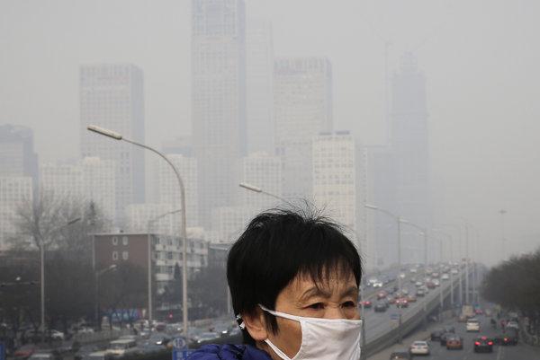 Hustý smogu v Pekingu. Podľa agentúry Najviac znečistené je ovzdušie v juhovýchodnej Ázii, východnom Stredomorí a západnom Tichomorí.