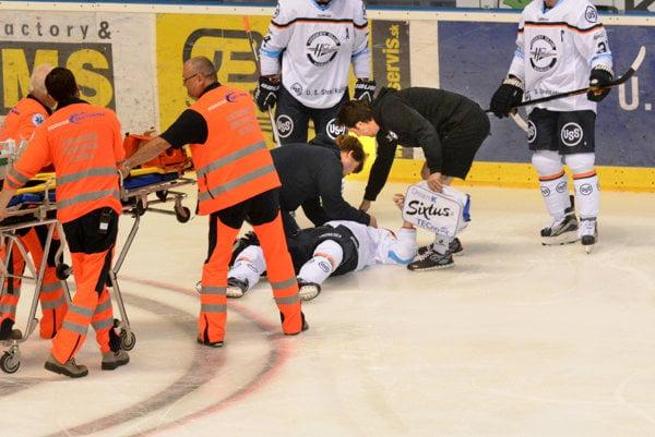 Vopatere klubového lekára. Po zákroku ležal Matejka niekoľko minút na ľadovej ploche.