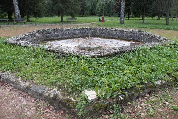 Fontána kedysi spríjemňovala kúpeľným hosťom posedenie v parku. Teraz ju po rokoch nefunkčnosti čaká oprava.