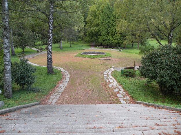 Fontána sa nachádza vo Veľkom parku. Z cesty k nej vedú veľké schody.