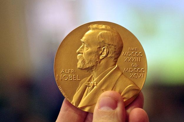 Zlatá medaila s profilom Alfreda nobela, zakladateľa Nobelových cien.