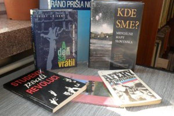 Nežnej revolúcii sa venujú viaceré knihy, ktoré ľudia nájdu v knižniciach.