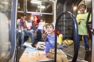 Utečenci nastupujú do autobusov.