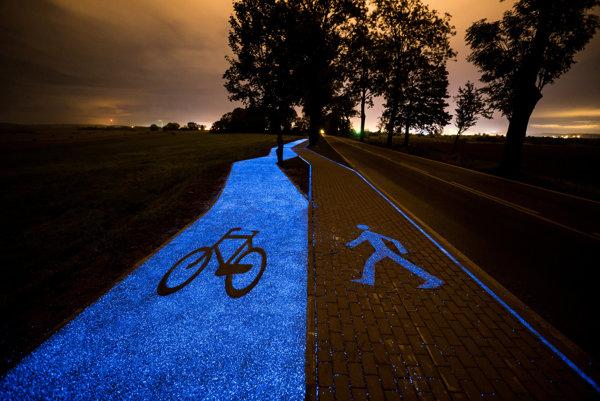 Povrch nového cyklochodníka potme svieti modrým svetlo.