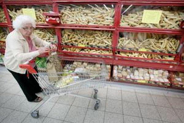 V hypermarkete Tesco sa dalo na zloženie syrov ťažko dovidieť, výveska bola umiestnená príliš vysoko. V Bille boli informácie na pulte, prehľadné a čitateľné.