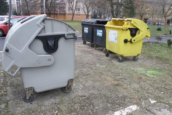 Kontajnery na Ulici Škarvana v Prievidzi by mali byť v budúcnosti pod zemou.