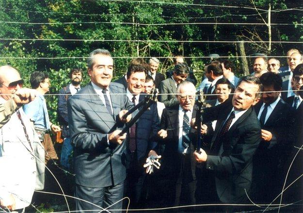 Ministri zahraničných vecí Rakúska a Maďarska Alois Mock a Gyula Horn strihajú železnú oponu.