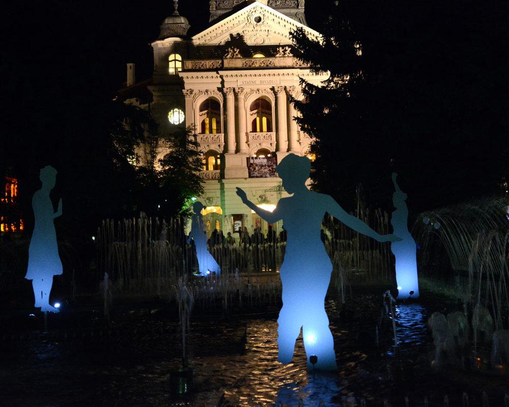 Spievajúca fontána s tancujúcimi figurínami bodovala. Pri inštalácii Róberta Farkaša s názvom Contemporary sa premlelo veľké množstvo ľudí, a nielen preto, že bola priamo uprostred Hlavnej ulice