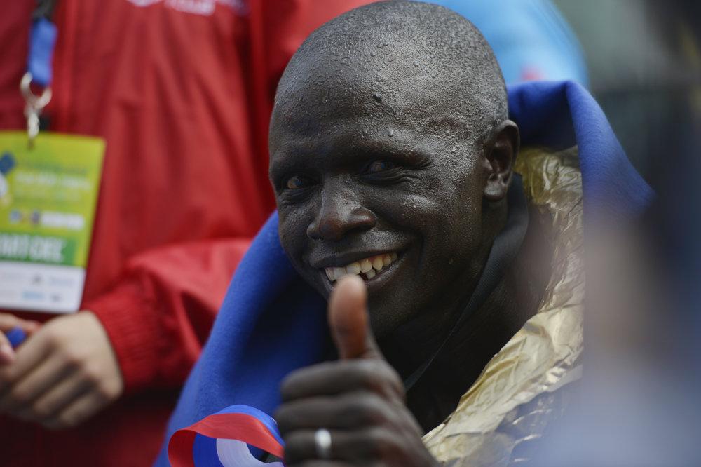Na snímke víťaz MMM Keňan David Kiyeng po dobehnití do cieľa.