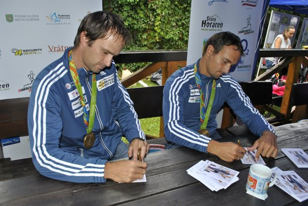 Olympijskí víťazi. Škantárovci počas autogramiády súčastníkmi Dobšinskej desiatky.