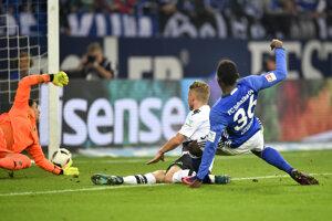 Breel Embolo (v modrom) zo Schalke strieľa gól do siete súpera.