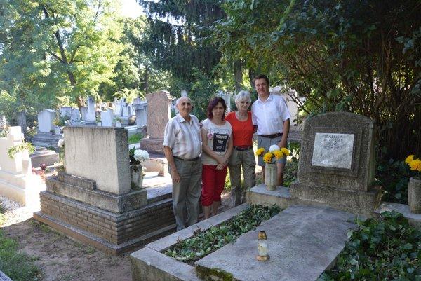 Pri hrobe poslednej majiteľky kaštieľa grófky Iréne Mirbach Kelecsényi. Zľava János Luky, Katarína Bogárová aMakay Márta Sarolta.