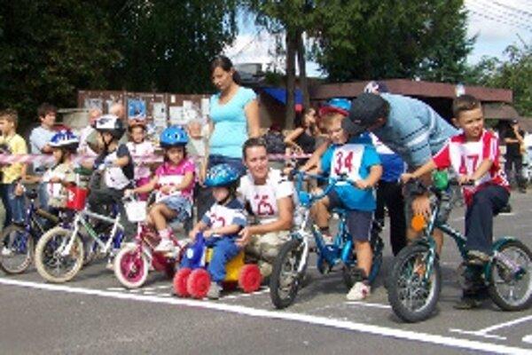 Najmladší účastník cyklistických pretekov mal iba dva rôčky.