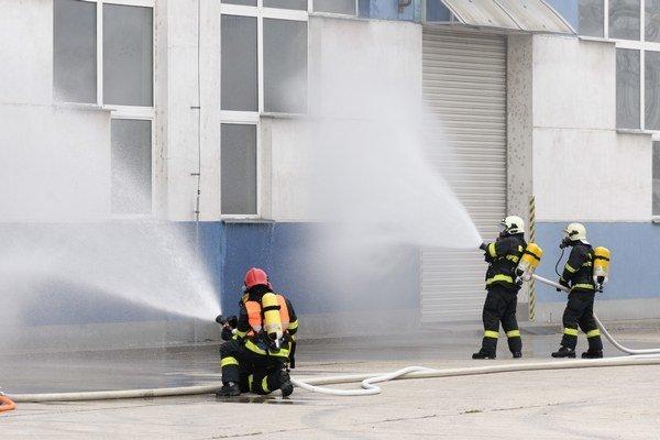 Na snímke bezpečnostné cvičenie KRIŽOVANY 2015, ktoré sa konalo 6. októbra 2015 v priestoroch elektrickej stanice SEPS, a.s.