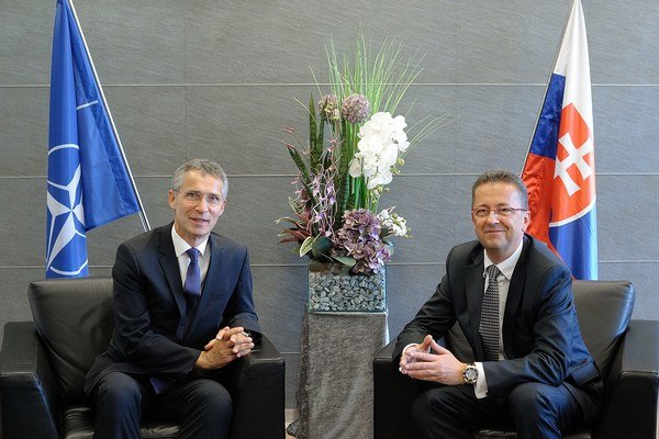 Minister obrany Martin Glváč a generálny tajomník NATO Jens Stoltenberg.