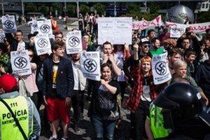 Aj v júni sa protestovalo na dvoch námestiach. Na snímke protest proti extrémistickému protestu.