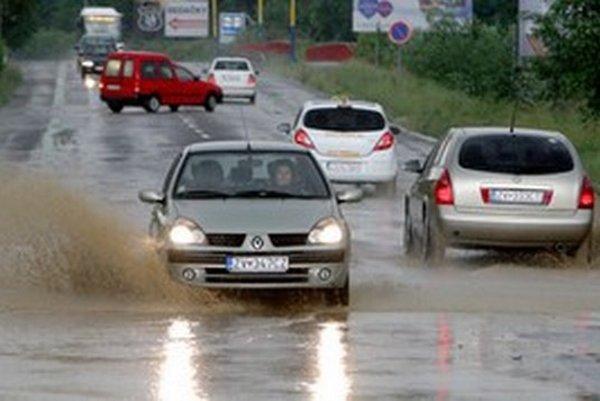 Kanalizácia nedokáže po silnom daždi v krátkom čase odviesť prívaly vody. Komplikuje to  dopravu v mestách.