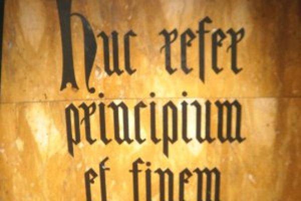 V slovenčine tento nápis znamena: Skôr ako niečo začneš, uváž, aký to má koniec.
