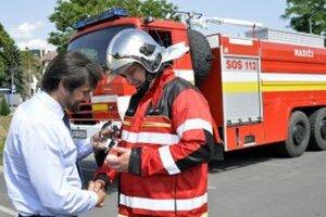 Minister hasičov oblečie.
