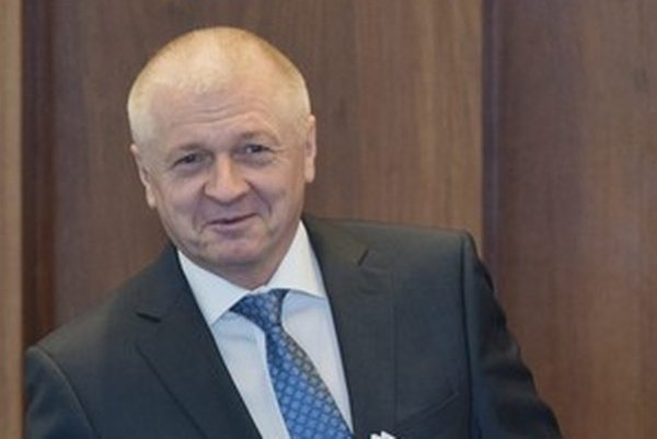 Pre konflikt záujmov Pavol Pavlis  odstúpil z funkcie ministra hospodárstva. Smer ho upratal do parlamentných poslaneckých lavíc.