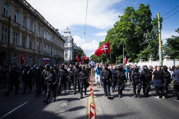 Rodina, na ktorú hádzali počas protestov kamene a fľaše s vodou, sa medzi protestujúcimi ocitla náhodou.