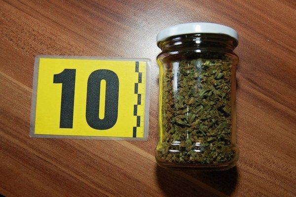 Díler zo Žiliny podľa polície drogy dovážal zo zahraničia, díler z Kysúc ich pestoval a vyrábal z nich pastu, aby bol účinok drogy intenzívny.
