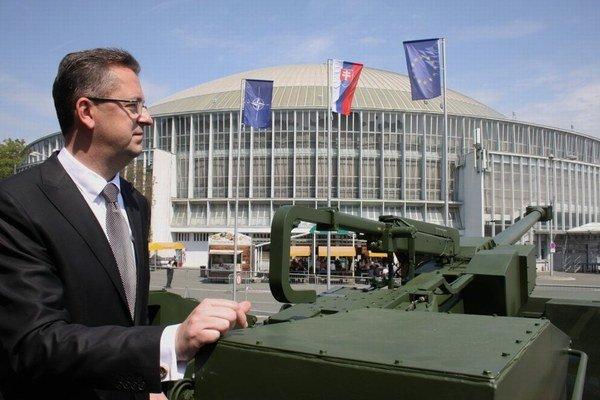 Podľa Glváča je konkrétnym výsledkom kooperácie slovenského a českého obranného priemyslu ľahká vezená húfnica EVA, ktorú predstavili minulý týždeň v Brne.