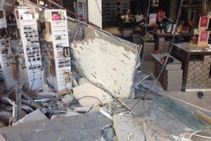 V predajni spadla časť stropu a privalila troch ľudí.