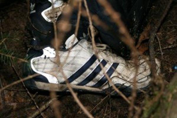 Muž mal obuté tieto biele botasky značky Adidas.