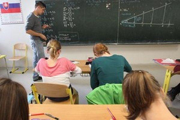Ministerstvo školstva pôvodne plánovalo, aby mal zriaďovateľ právo veta, ak nesúhlasil s navrhnutým kandidátom.