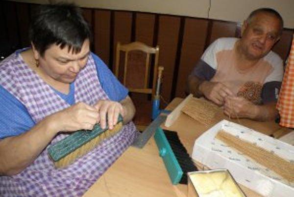 Lackovci v kuchyni vyrábajú metly.