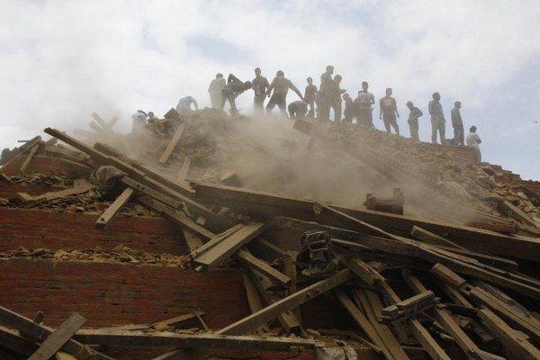 Agentúra Reuters píše, že ide o najsilnejšie zemetrasenie, ktoré za 81 rokov Nepál zasiahlo. Vláda vyhlásila mimoriadny stav.