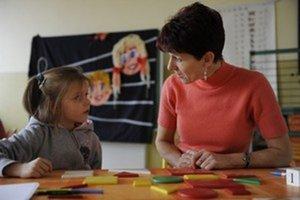 Veľa učiteľov má stále zmluvy iba na desať mesiacov.
