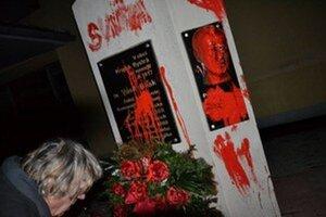 Pamätník aktivisti natreli červenou farbou.