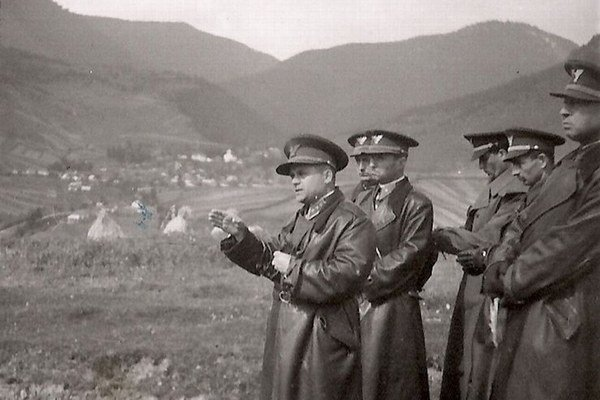 Štefan Jurech (prvý zľava) so svojím štábom počas poľného cvičenia v Lúčkach.
